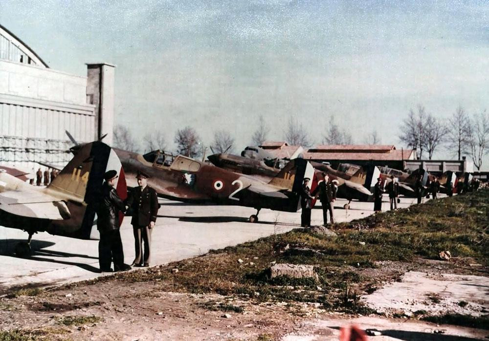 La cérémonie de transfert au cours de laquelle le GC II/5 reçut ses P-40F d'unités américaines.